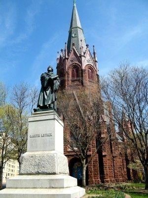7942091-estatua-de-martin-lutero-y-luther-place-memorial-church-en-washington-dc[1]