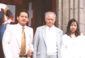 don Macario, en la década de los noventa, acompañado del Profr. Carlos Suárez y su esposa, Nancy García (foto Archivo Suárez García)
