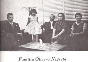 Gustavo, Mirna y Jaime, con don Maurilio y doña Cristina, sus padres.
