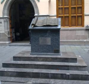 Monumento-a-La-Biblia-en-México-300x281