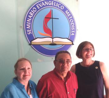 Blanca Longhurst (Coordinadora de Relaciones Hispano Latinas de El Aposento Alto), Oscar Carpio Licea (miembro del Equipo Editorial de la Iglesia Metodista de Cuba) y Sarah Wilke (Directora Mundial de El Aposento Alto).