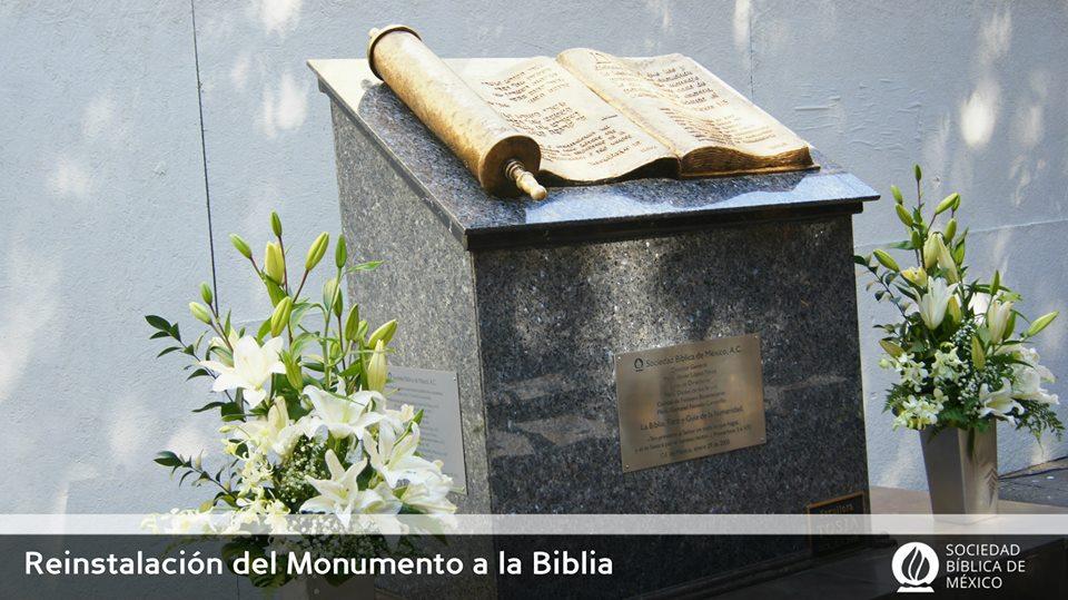 Monumento a la Biblia en la calle de Gante, CDMX